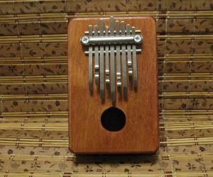 Калимба на 9 нот с полым резонатором.