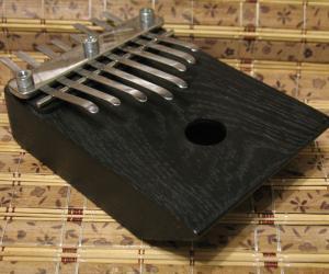 Калимба на 8 нот с встроенным звукоснимателем.
