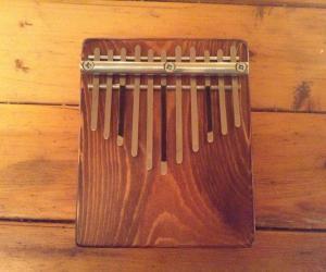 Калимба на 11 нот с резонатором из древесного массива.